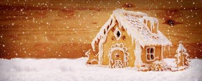 Casa de pan de jengibre de las vacaciones de invierno Foto de archivo libre de regalías