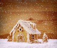 Casa de pan de jengibre de las vacaciones de invierno Imágenes de archivo libres de regalías