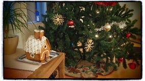 Casa de pan de jengibre del árbol de navidad y Imagen de archivo