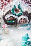 Casa de pan de jengibre del muñeco de nieve y de los dulces para la Navidad Foto de archivo libre de regalías
