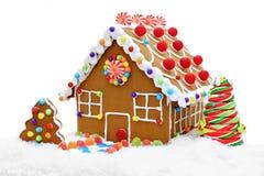 Casa de pan de jengibre en nieve Imagenes de archivo