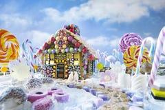 Casa de pan de jengibre en paisaje de la Navidad Foto de archivo