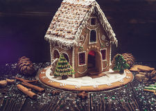 Casa de pan de jengibre hecha en casa imagen de archivo libre de regalías