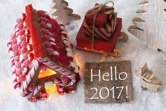 Casa de pan de jengibre, trineo, nieve, texto hola 2017 Imagenes de archivo