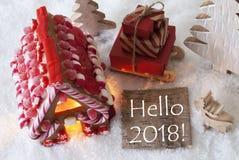 Casa de pan de jengibre, trineo, nieve, texto hola 2018 Imagenes de archivo