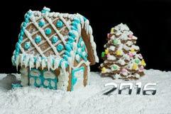 Casa de pan de jengibre y árbol de navidad Fotos de archivo
