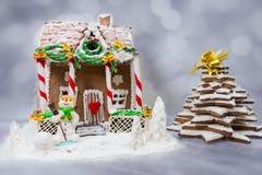Casa de pan de jengibre, árbol de navidad del pan de jengibre y una masilla del azúcar Fotografía de archivo