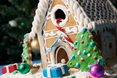 Casa de pan de jengibre con los árboles de navidad Imagen de archivo
