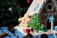 Casa de pan de jengibre con los árboles de navidad Fotos de archivo libres de regalías