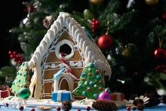 Casa de pan de jengibre con los árboles de navidad Fotografía de archivo libre de regalías