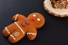 Casa de pan de jengibre del hombre de pan de jengibre y en fondo oscuro La Navidad o composición del Año Nuevo Tarjeta de Navidad Imagen de archivo libre de regalías