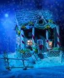 Casa de pan de jengibre hecha en casa, árbol de navidad del pan de jengibre y un sug Imagen de archivo