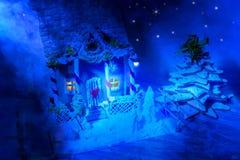Casa de pan de jengibre hecha en casa, árbol de navidad del pan de jengibre y un sug Imagen de archivo libre de regalías