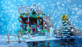 Casa de pan de jengibre hecha en casa, árbol de navidad del pan de jengibre y un sug Fotografía de archivo libre de regalías