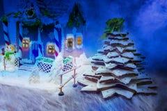 Casa de pan de jengibre hecha en casa, árbol de navidad del pan de jengibre y un sug Foto de archivo