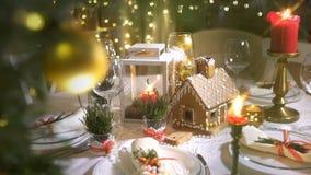 Casa de pan de jengibre hecha en casa de la Navidad en una tabla de la celebración almacen de metraje de vídeo