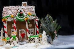 Casa de pan de jengibre hecha en casa nevada grande, una puntilla de Christma Imagen de archivo libre de regalías