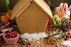 Casa de pan de jengibre lista para ser adornado Imágenes de archivo libres de regalías