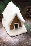 Casa de pan de jengibre Nevado con los copos de nieve árbol de navidad y globo en fondo de la pared de piedra Galletas hechas en  Imágenes de archivo libres de regalías