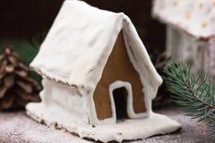 Casa de pan de jengibre Nevado con los copos de nieve árbol de navidad y globo en fondo de la pared de piedra Galletas hechas en  Imagenes de archivo