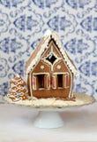 Casa de pan de jengibre tradicional con el árbol de navidad encendido Foto de archivo