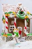 Casa de pan de jengibre y un muñeco de nieve de la masilla del azúcar Fotografía de archivo libre de regalías