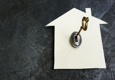 Casa de papel e chave fotografia de stock royalty free