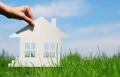 Casa de papel en hierba verde sobre el cielo azul Fotografía de archivo