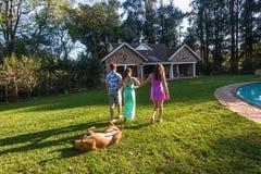 Casa de passeio do cão do menino das meninas Fotografia de Stock Royalty Free