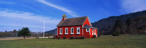 Casa de pedra da escola da lagoa fotografia de stock royalty free