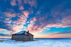 Casa de pedra em um por do sol do inverno Foto de Stock Royalty Free