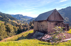 Casa de pedra nas montanhas dos cumes Fotografia de Stock
