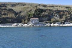 Casa de pedra perto do mar fotografia de stock