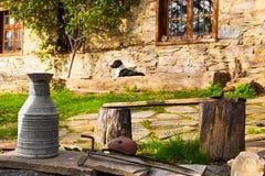 Casa de pedra rústica com o jarro velho do metal, Leshten, Bulgária Foto de Stock Royalty Free
