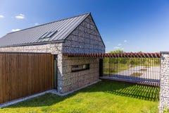 Casa de pedra segura no estilo eco-amigável Imagem de Stock