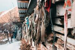 Casa de pedra velha com suspensão de panos coloridos fotos de stock royalty free
