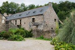 Casa de pedra velha em Dinan em um dia nebuloso no verão imagem de stock