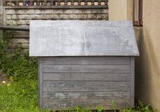 Casa de perro de madera vieja en patio trasero Imagen de archivo libre de regalías