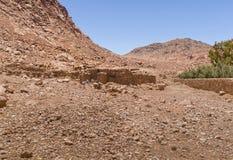 Casa de piedra de beduinos en las montañas imágenes de archivo libres de regalías