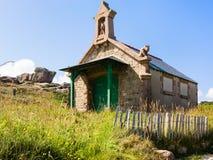 Casa de piedra bretona en de estilo celta en Ploumanach Imagen de archivo