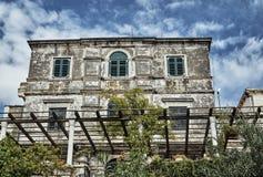 Casa de piedra con el jardín Fotos de archivo