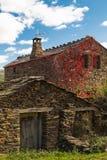 Casa de piedra de la pizarra en Guadalajara, España Imagen de archivo