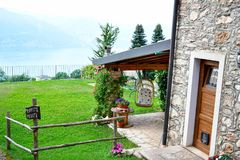 casa de piedra del verano en San Zeno di Montagna, Italia fotografía de archivo