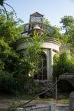 Casa de piedra destruida blanca antigua vieja en la yarda verde con los árboles alrededor Pobreza y miseria, del sur, verano fotos de archivo libres de regalías