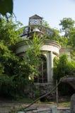 Casa de piedra destruida blanca antigua vieja en la yarda verde con los árboles alrededor Pobreza y miseria, del sur, verano fotografía de archivo libre de regalías