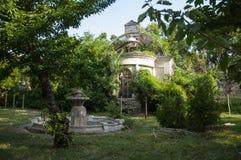 Casa de piedra destruida blanca antigua vieja en la yarda verde con los árboles alrededor Pobreza y miseria, del sur, verano imagenes de archivo