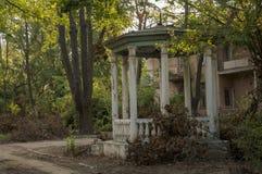 Casa de piedra destruida vieja en la yarda con los árboles alrededor Pobreza y miseria, del sur, verano imágenes de archivo libres de regalías