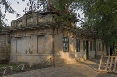 Casa de piedra destruida vieja en la yarda con los árboles alrededor Pobreza y miseria, del sur, verano fotografía de archivo