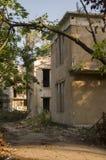 Casa de piedra destruida vieja en la yarda con los árboles alrededor Pobreza y miseria, del sur, verano imagen de archivo libre de regalías