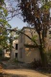 Casa de piedra destruida vieja en la yarda con los árboles alrededor Pobreza y miseria, del sur, verano foto de archivo libre de regalías
